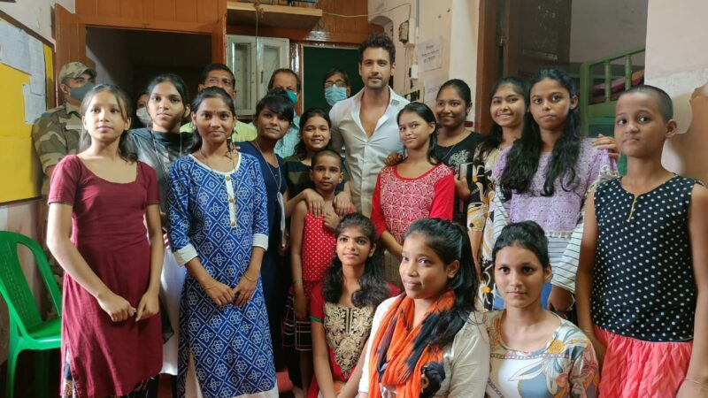Yash made a surprise visit to the Prerana Shelter Home